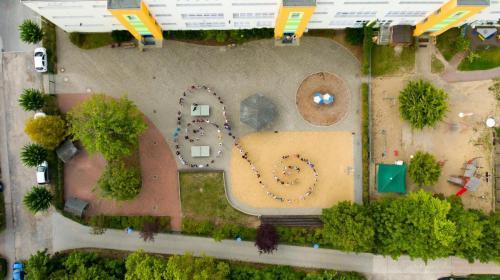 Vogelperspektive Schulhof und Schüler