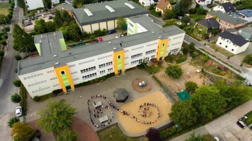 Schulhof und Schüler